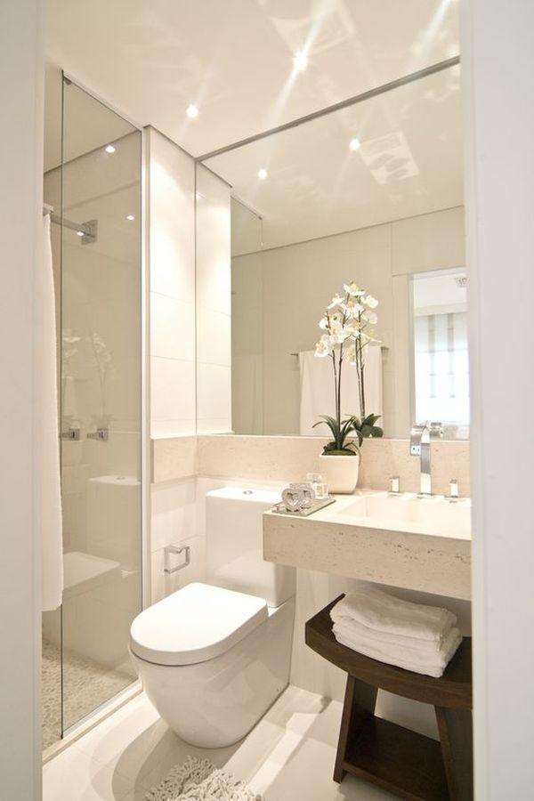 Decoração com espelho grande para banheiro pequeno