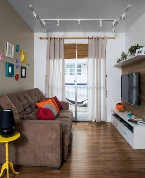 Sala pequena com pisos de madeira