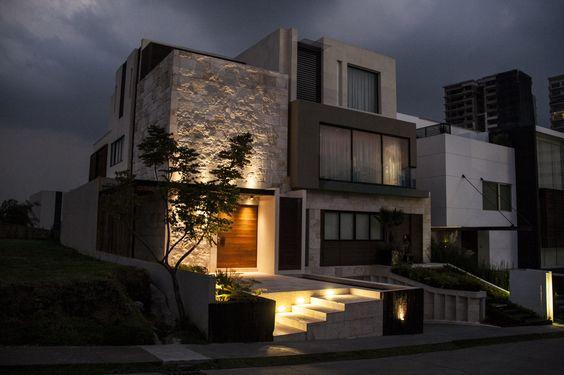 Decora o de fachadas de casas com pedras fotoss decor Iluminacion exterior casas modernas