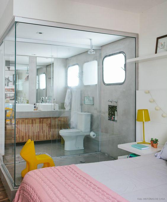 Decoração moderna para quarto de casal com closet e banheiro com