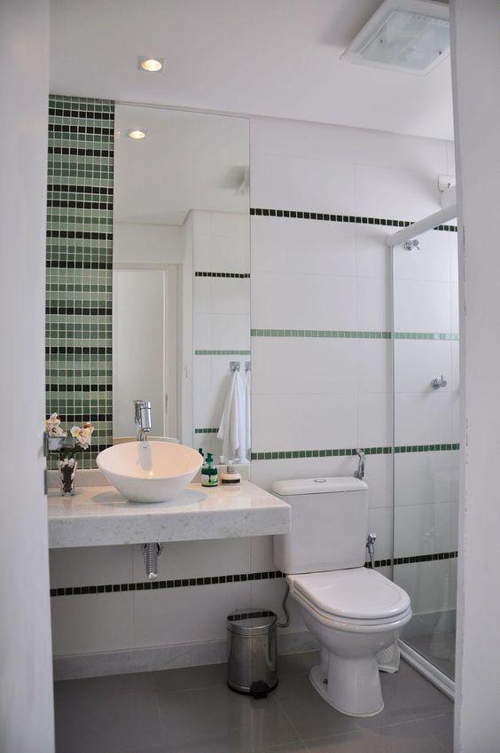 Banheiros Decorados com Faixas de Pastilhas de Vidro 60 FotosSó Decor -> Banheiro Com Duas Faixas De Pastilha