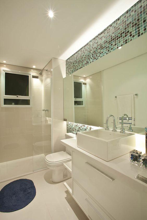 Banheiros Decorados com Faixas de Pastilhas de Vidro 60 FotosSó Decor -> Banheiro Pequeno Com Pastilhas De Vidro