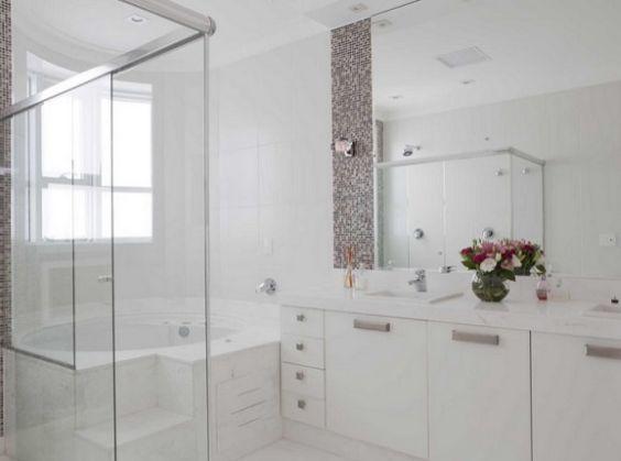 Banheiros Decorados com Faixas de Pastilhas de Vidro 60 FotosSó Decor -> Banheiro Com Faixa De Pastilha Atras Do Vaso