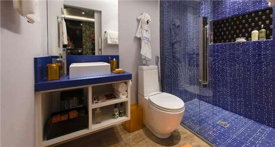 banheiro azul marinho e branco