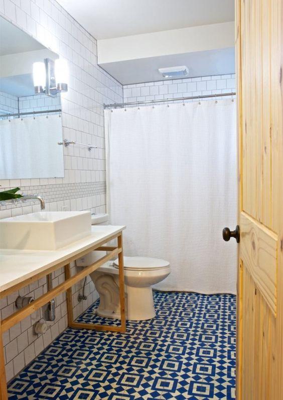 banheiro branco com filete azul