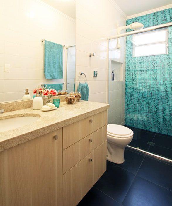 banheiro branco e azul marinho