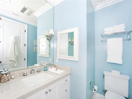 banheiro azul com branco
