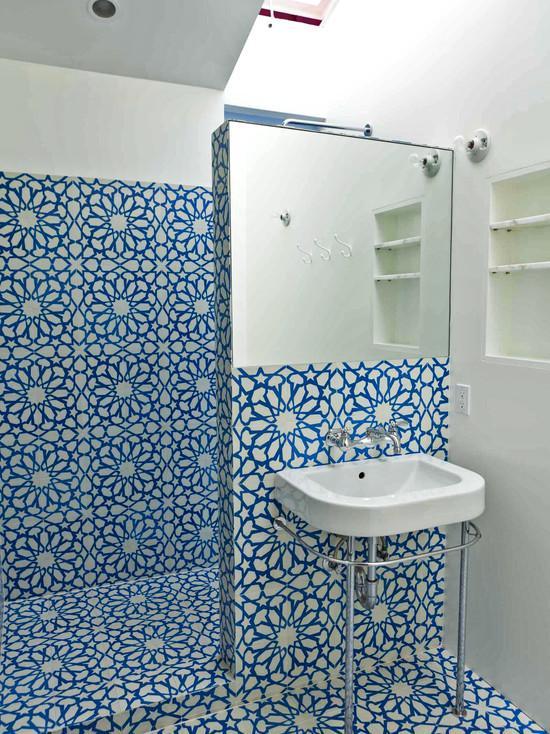 banheiro.com.pastilhas brancas e azul