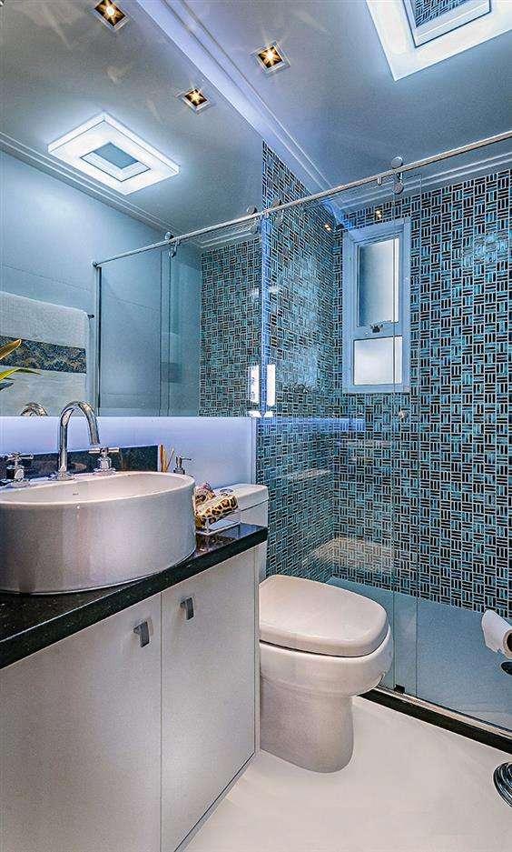 banheiro pequeno branco com detalhes azul