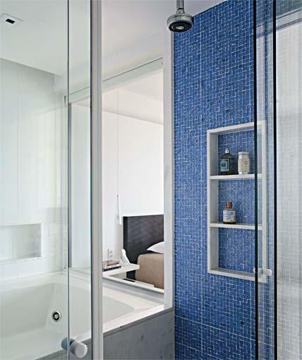 banheiro piso azul parede branca