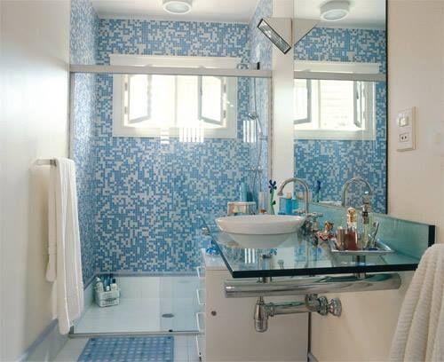 banheiro revestimento azul e branco