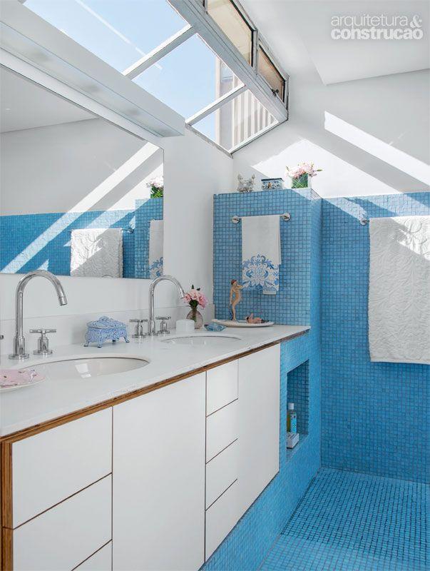 banheiro pastilha azul e branco