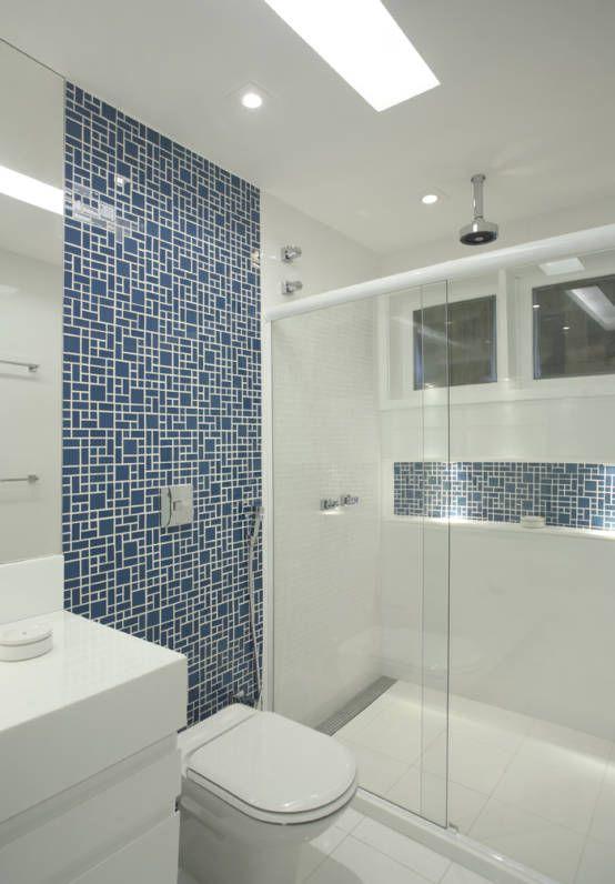 decoração de banheiro branco com azul turquesa