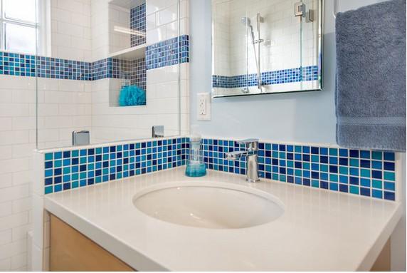 parede de banheiro azul e branco