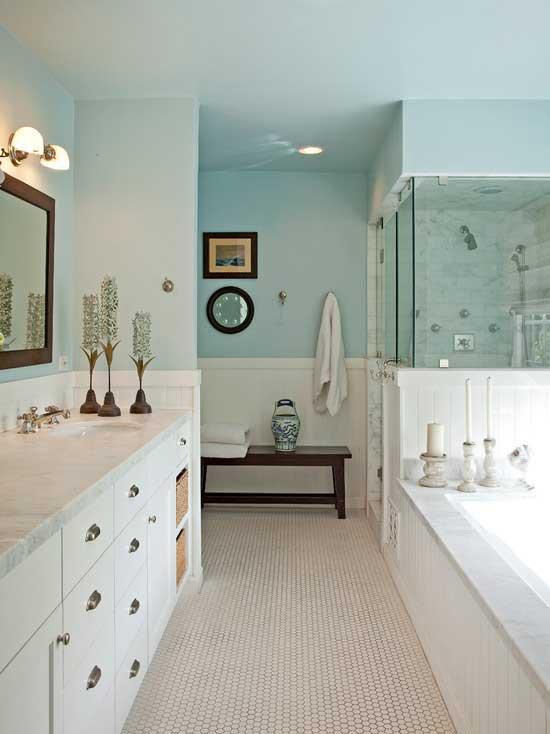 modelo de banheiro pequeno com pastilhas azul e branco
