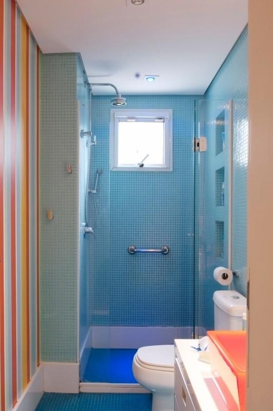 piso para banheiro com pastilhas azul e branco
