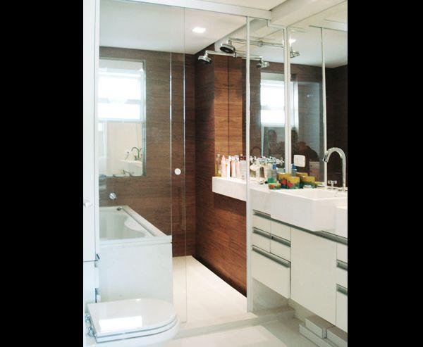23 Fotos de Banheiros Pequenos Decorados com PorcelanatoSó Decor -> Decoracao De Banheiro Estreito E Comprido