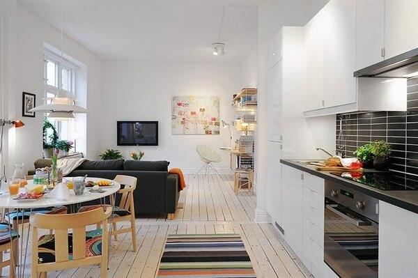Decoração de sala de estar pequena e cozinha americana