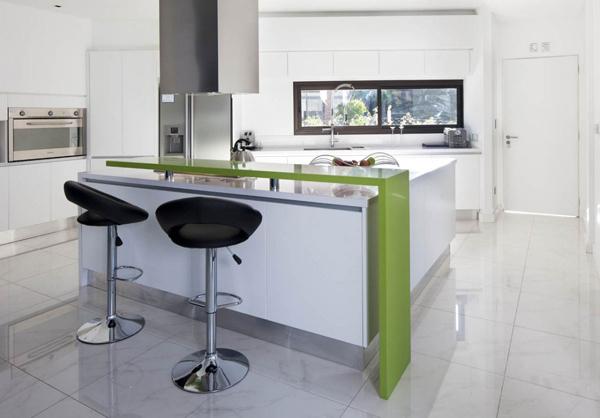 cozinha integrada com balcão colorido