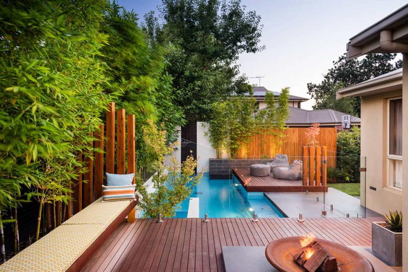 madeira e plantas ao redor da piscina