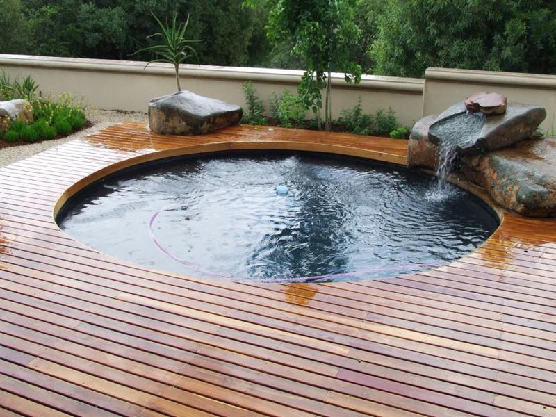 pedras e cascata na piscina