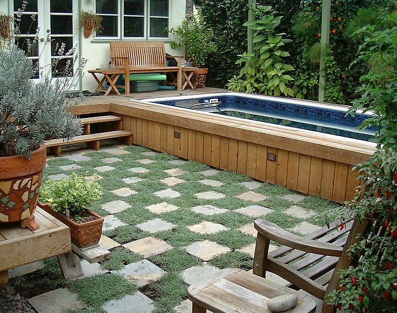 quintal com plantas e piscina