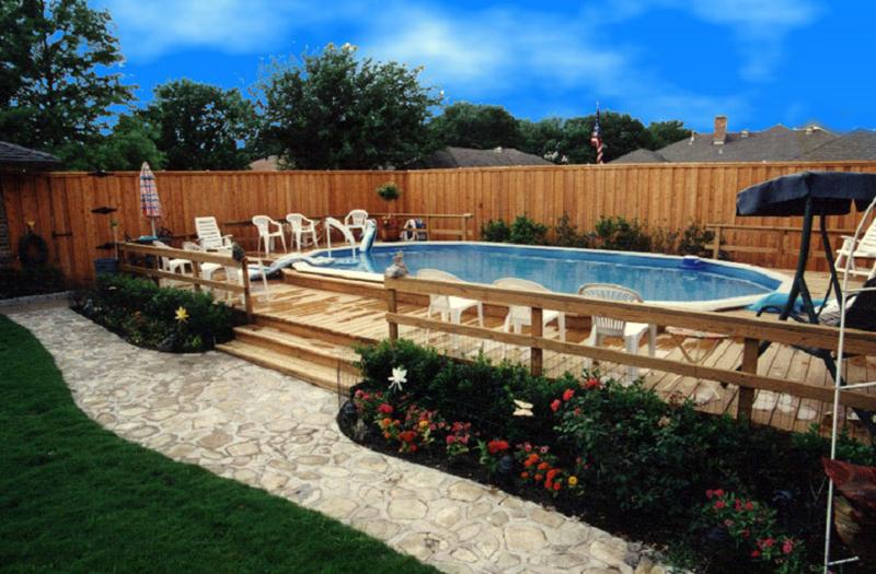 plantas no quintal ao redor do deck e da piscina