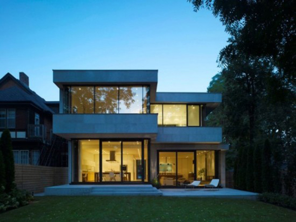 fachada de casa com metal e vidro