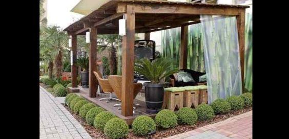 pergola de madeira com cordão de plantas
