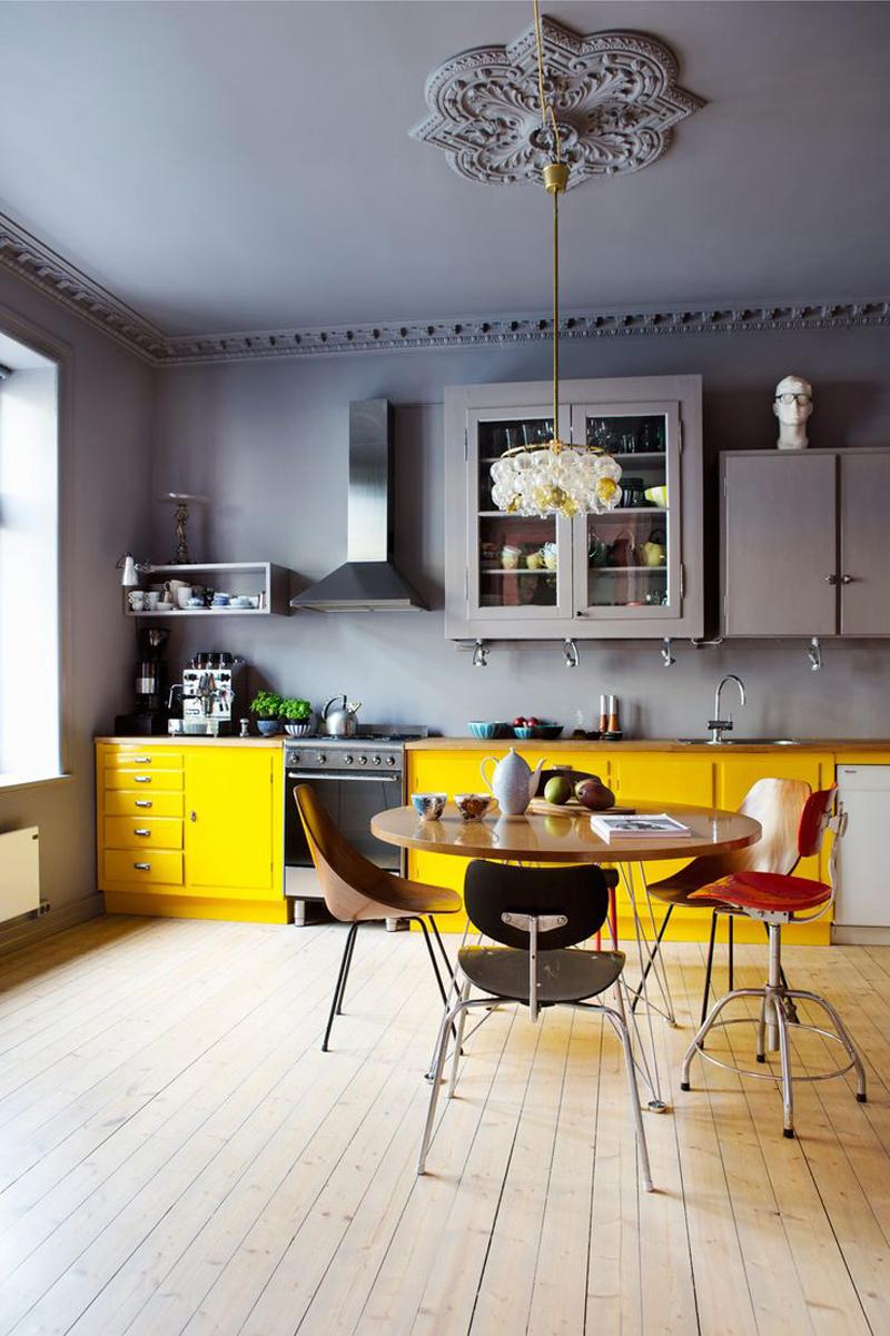 cozinha planejada com lustre chique