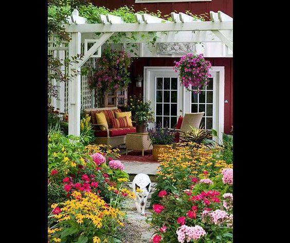 pergola de madeira com muitas flores