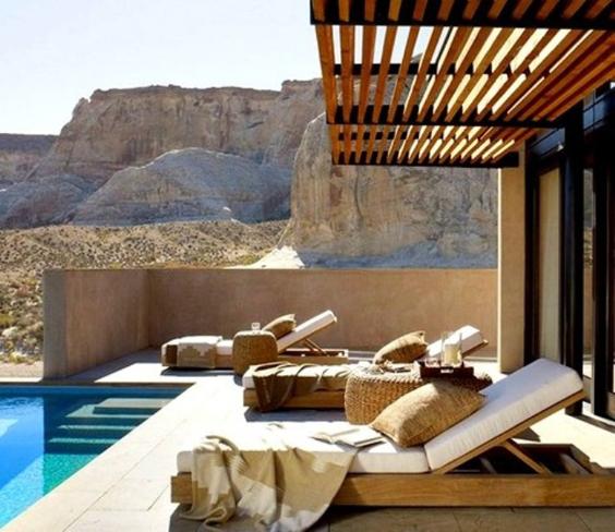 pergola de madeira com piscina