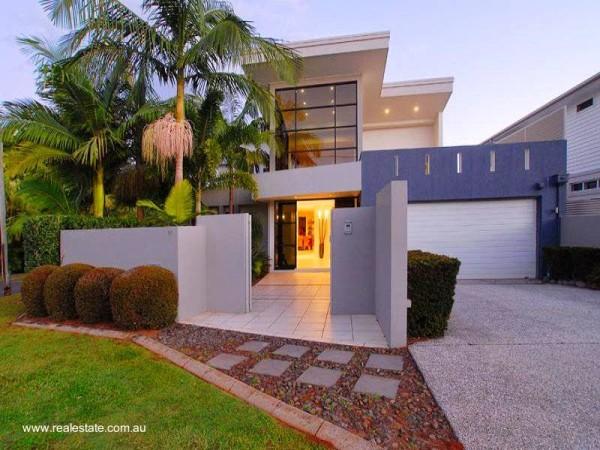 fachada de casa com coqueiro