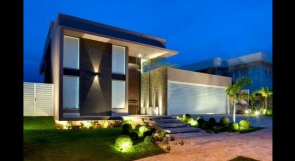 fachada de casa com spot de luz