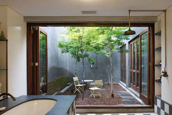 jardim interno com jogo de mesa