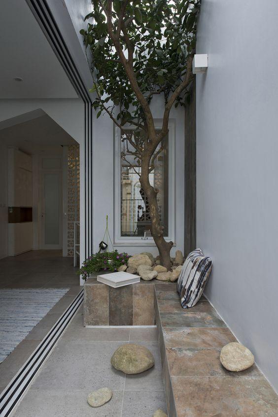 jardim interno com banco de pedra