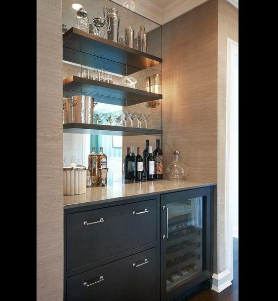 barzinho de parede com madeira e espelho