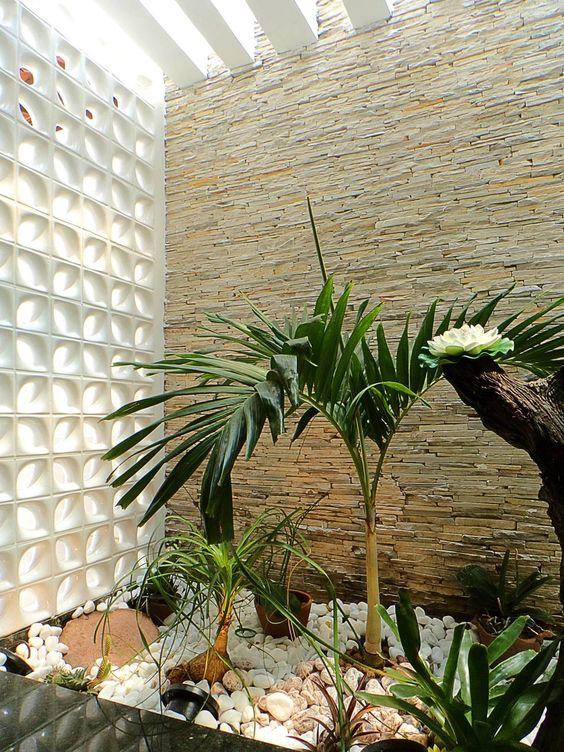 jardim interno com bloco de vidro