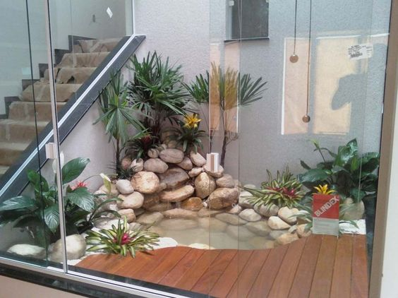 jardim interno com laguinho