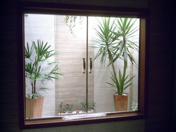 jardim interno com porta de vidro