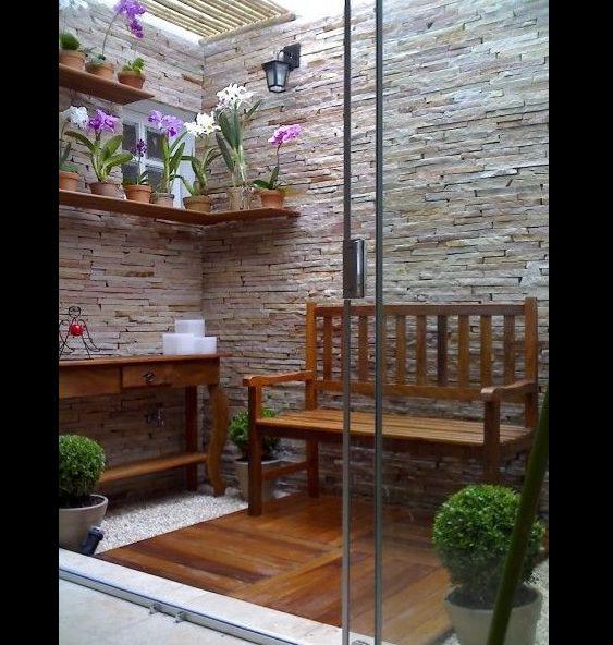 jardim interno com aparador
