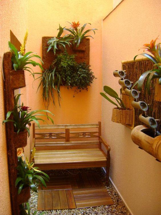 jardim interno com banco