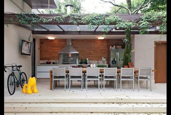 espaço do churrasco com mesa grande