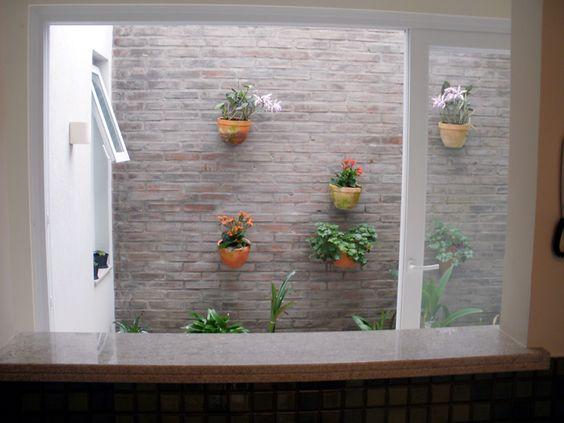 jardim interno com tijolo