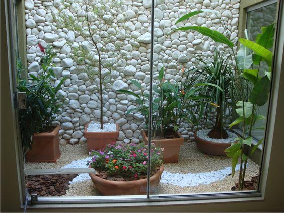 jardim interno com jarros