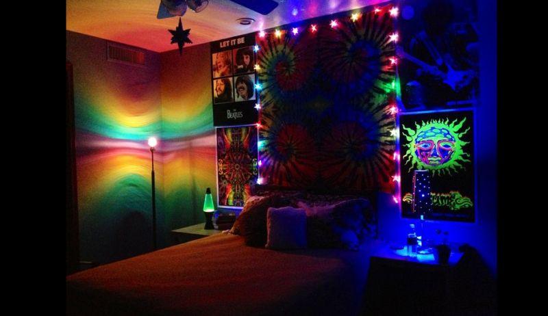 quarto com estilo hippie com luzes coloridas