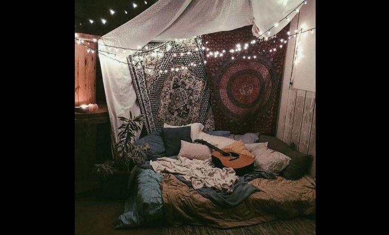 quarto com estilo hippie com cortinas