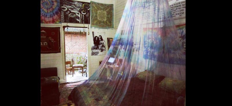 quarto com estilo hippie com cortina na cama