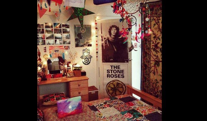quarto com estilo hippie com posters