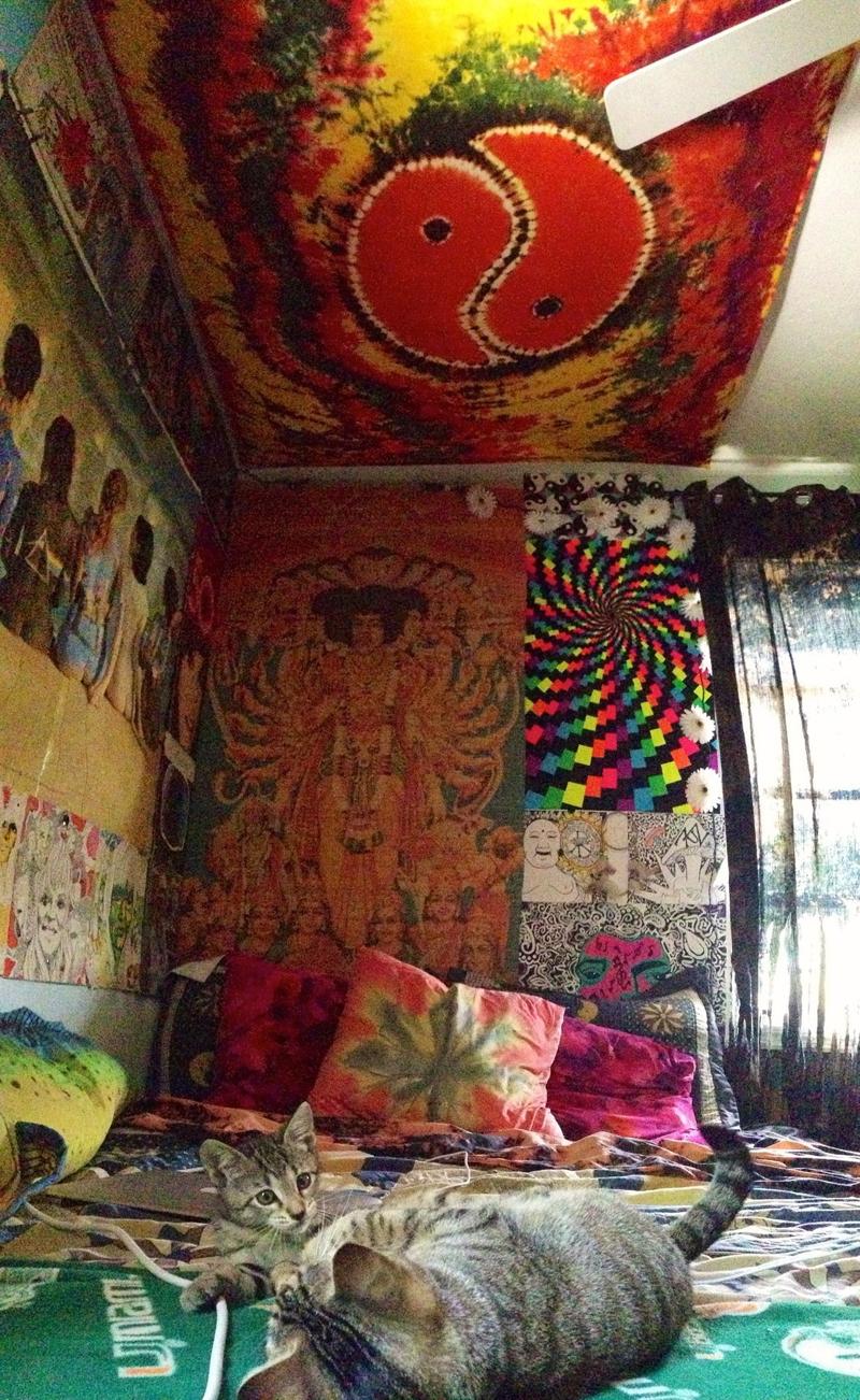 quarto com estilo hippie com teto decorado